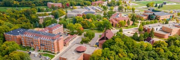 Pamje ajrore e kampusit prej 20 hektarësh të Kolegjit Bethany Lutheran gjatë vjeshtës që tregon ndërtesa dhe pemë.
